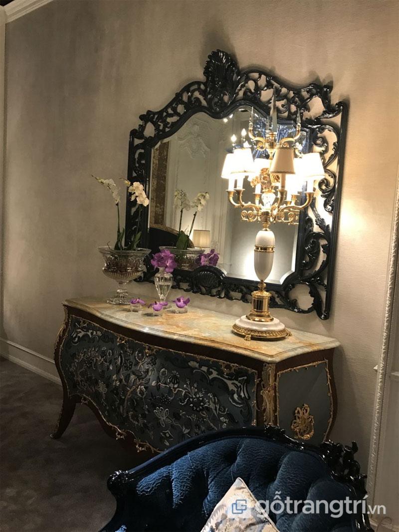 Một chiếc gương huyền ảo và bàn trang điểm phủ đá cẩm thạch mang phong cách baroque điển hình (Ảnh: Internet)