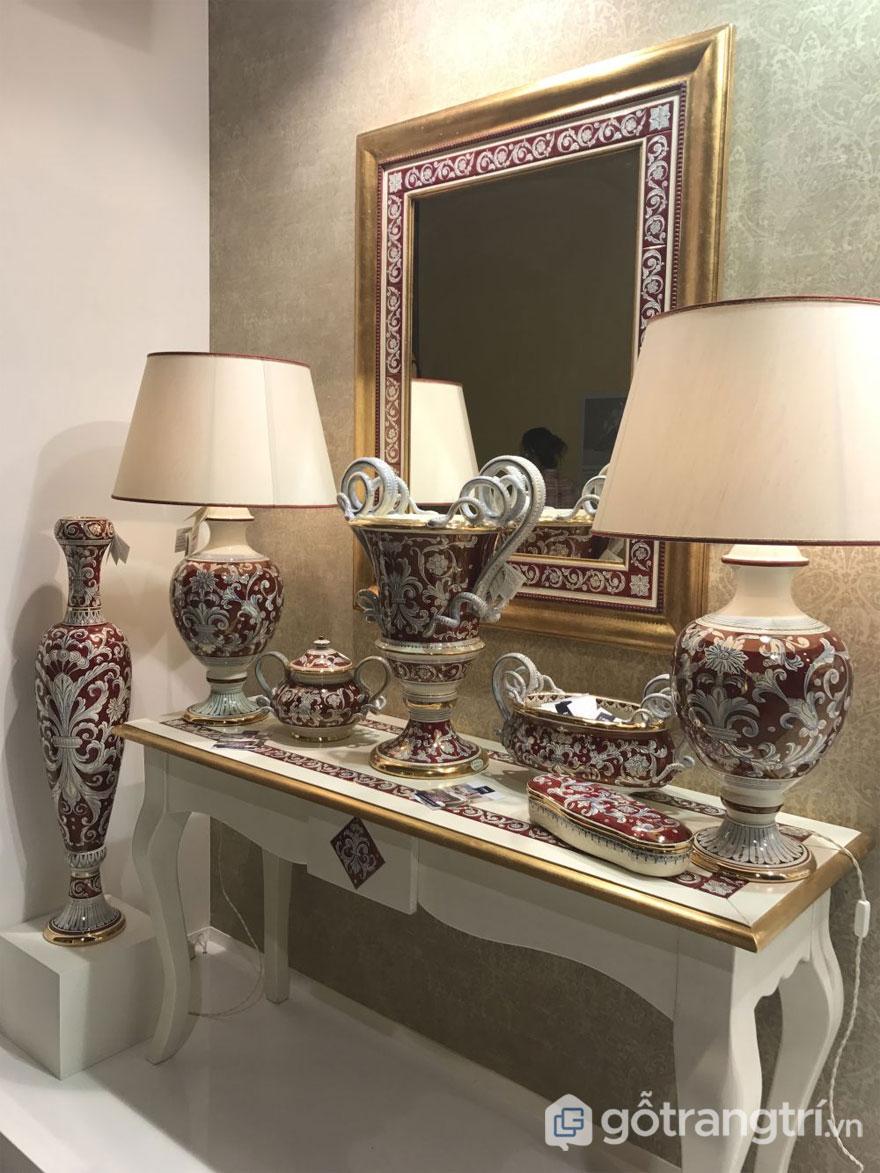 Đèn và phụ kiện theo phong cách Baroque có lá và cuộn biểu tượng trong thiết kế (Ảnh: Internet)