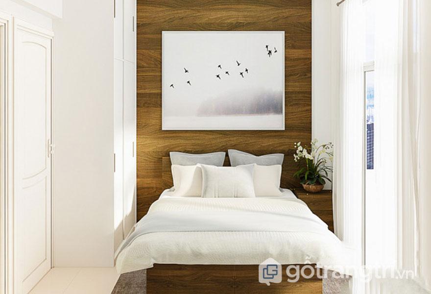 Phòng ngủ nổi bật với sắc trắng tinh khôi và bức tường gỗ màu nâu (Ảnh: Internet)