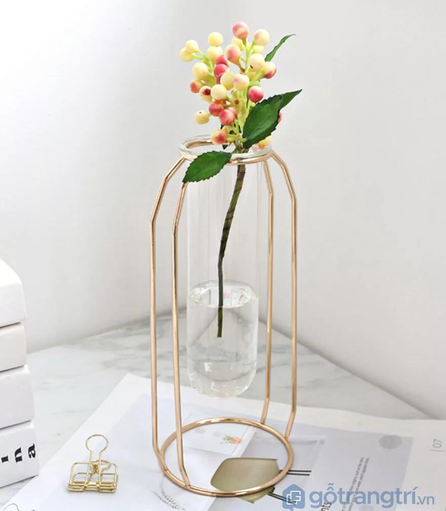 Cách trang trí bàn làm việc nhỏ với lọ hoa hiện đại
