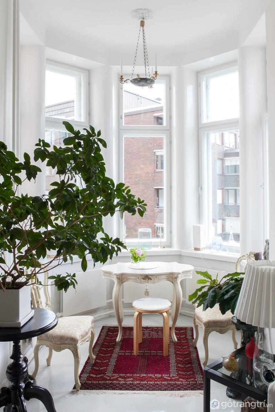 Cửa sổ tròn là nơi để bạn hít thở không khí trong lành vào buổi sáng (Ảnh: Internet)