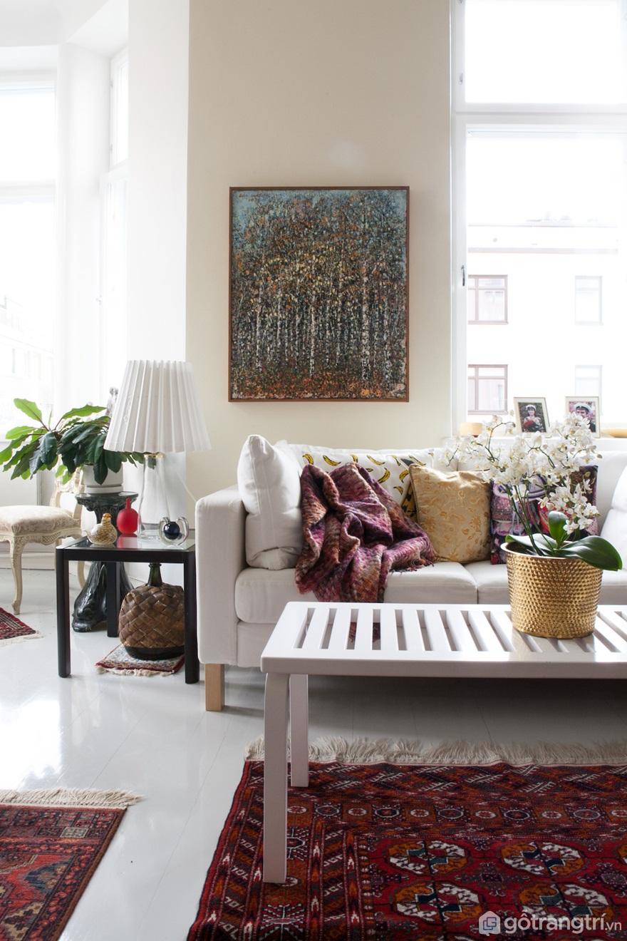 """Ghế băng Aalto's Artek """"153A"""" có chức năng như một bàn cà phê trong phòng khách (Ảnh: Internet)"""