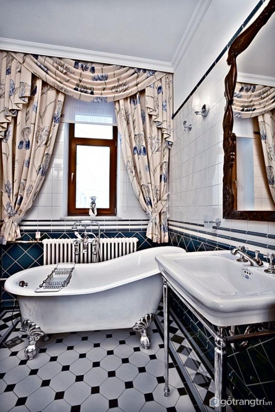Phòng tắm được lát gạch men sứ sang trọng với rèm cửa hoa nhã nhặn (Ảnh: Internet)