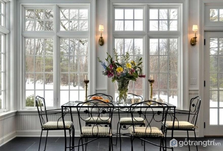 Phòng ăn nổi bật với những bộ ghế làm từ kim loại (Ảnh: Internet)