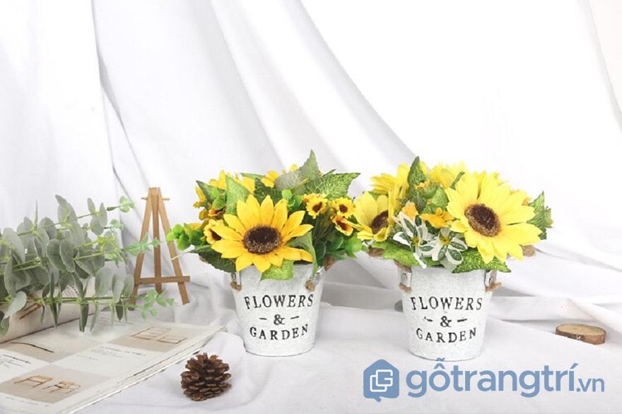 trang trí bàn làm việc với hoa