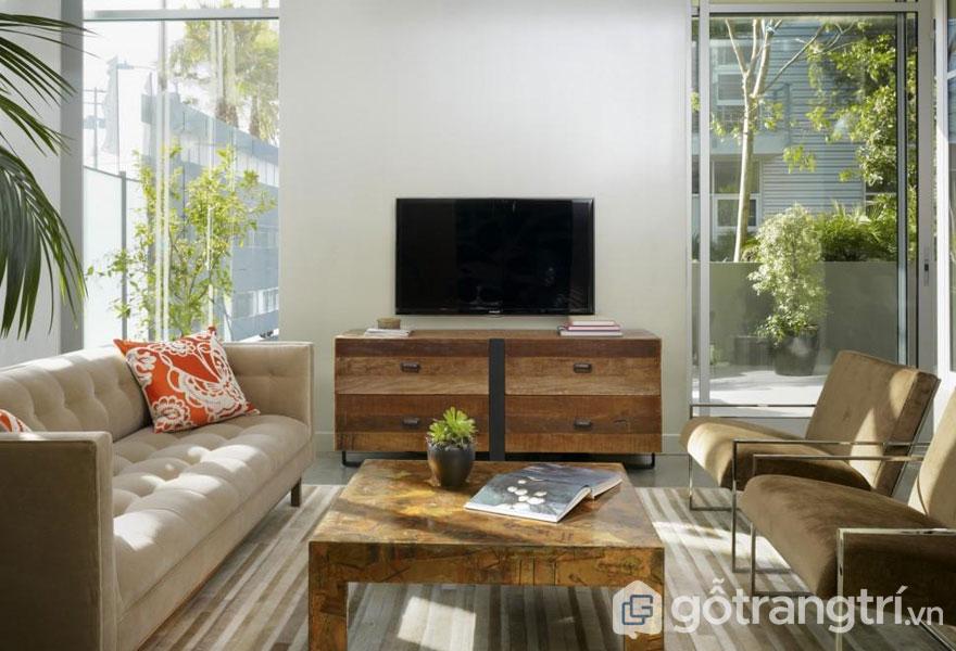 Phòng khách nhìn khá thích mắt với những cây xanh ở ban công và trong nhà (Ảnh: Internet)