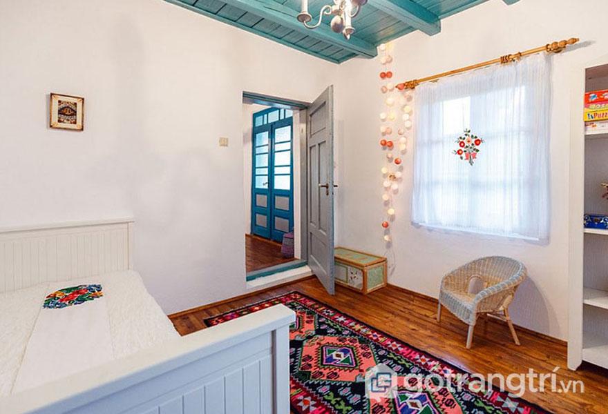 Phòng ngủ nổi bật với tông màu trắng và thảm trải hoa (Ảnh: Internet)