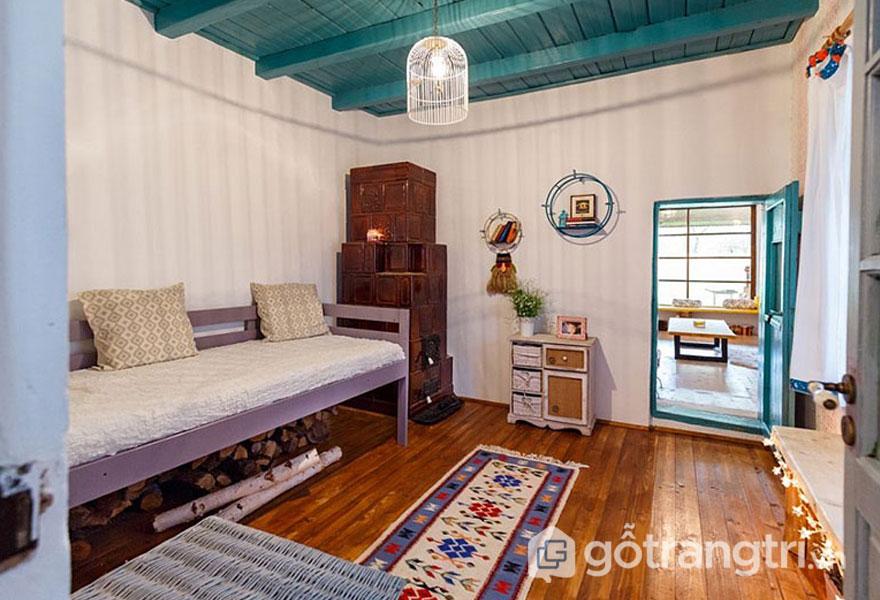 Phòng ngủ thiết kế khá nhã nhặn, với sàn gỗ sáng bóng (Ảnh: Internet)