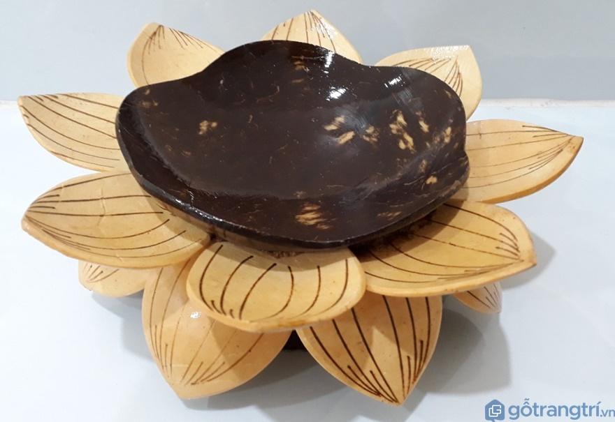 Đĩa hình hoa sen làm từ gáo dừa - Ảnh: Internet