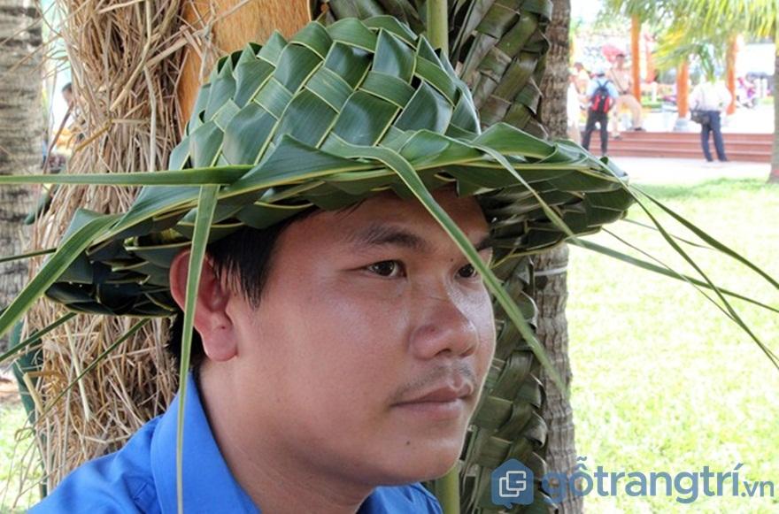 Lá dừa được đan thành nón đội đầu - Ảnh: Internet