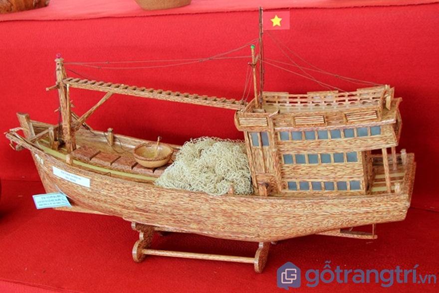 Thuyền bằng gỗ dừa - Ảnh: Internet