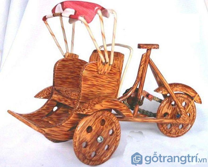 Xe xích lô từ gỗ dừa - Ảnh: Internet
