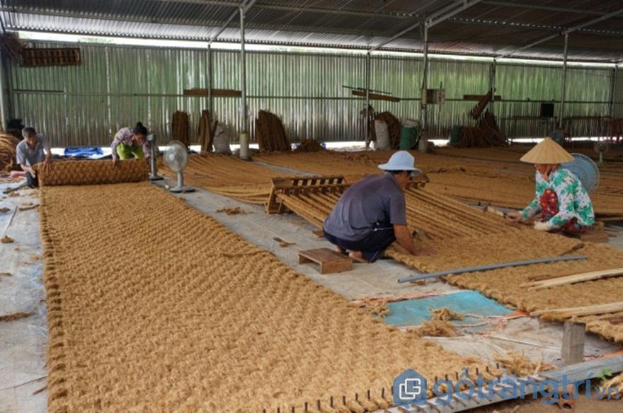 Công đoạn dệt thảm từ chỉ xơ dừa - Ảnh: Internet