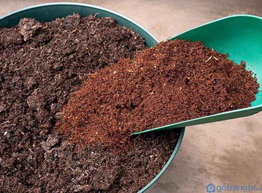 Chuẩn bị công cụ để ủ xơ dừa - Ảnh: Internet