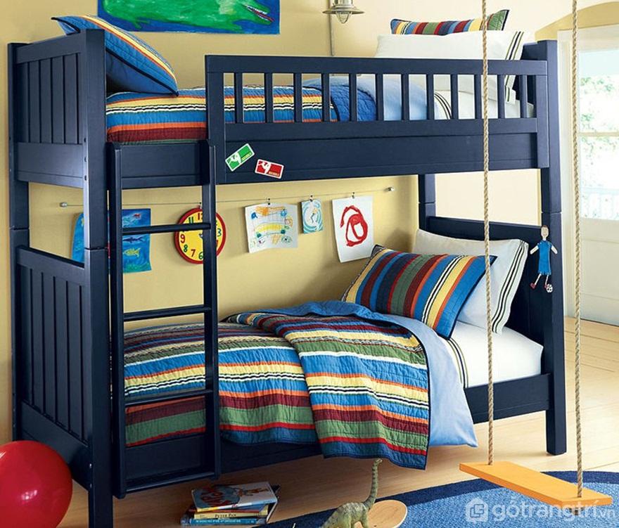 Giường tầng bé trai màu xanh kết hợp với bộ chăn ga gối đệm sọc nhiều màu tạo sự sinh động cho căn phòng - Ảnh: Internet