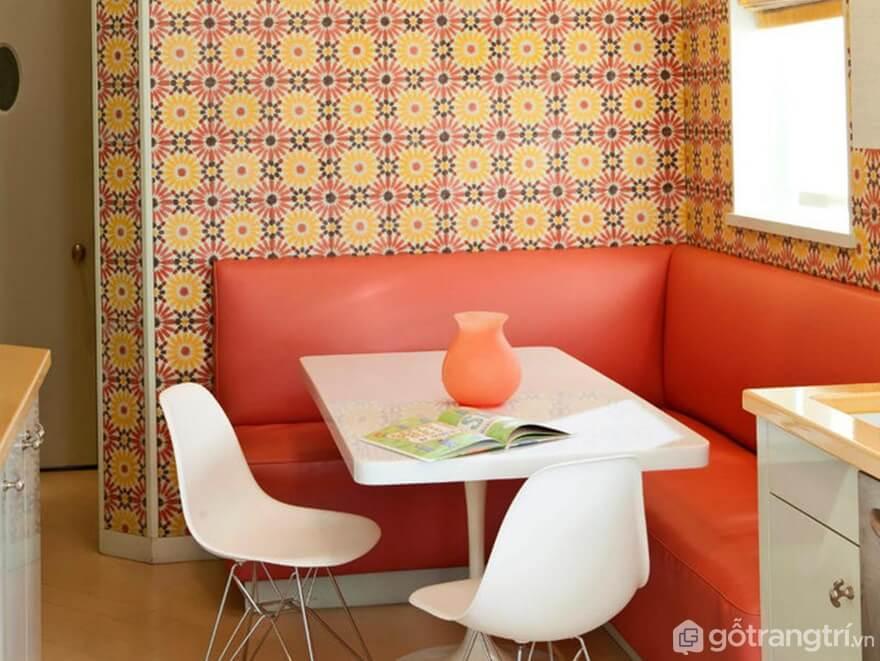 Giấy dán tường phong cách retro kết hợp với ghế ăn dài - Ảnh: Internet