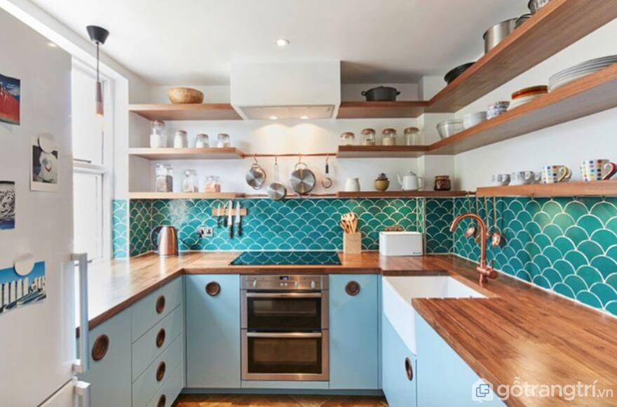 Hay việc sử dụng những viên gạch ốp tường hình vẩy cá màu xanh mang đến sự rộng rãi cho căn bếp - Ảnh: Internet