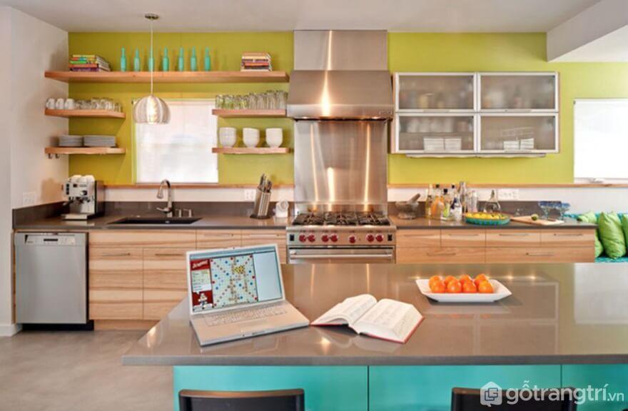 Sự phối màu sắc ăn nhịp giữa vàng chanh và xanh làm với màu nâu trầm của gỗ mang đến căn bếp sinh động - Ảnh: Internet