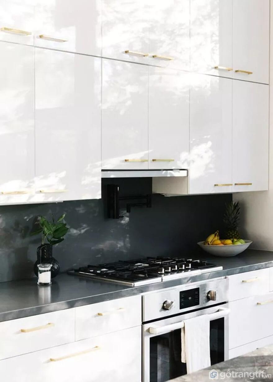 Mẫu 04: Nhà bếp nhỏ với tông màu trắng và đen - Ảnh: Internet