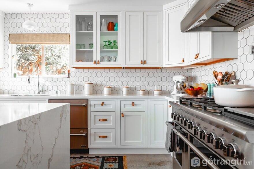 Mẫu 03: Không gian tiện nghi của nhà bếp với tông màu trắng - Ảnh: Internet
