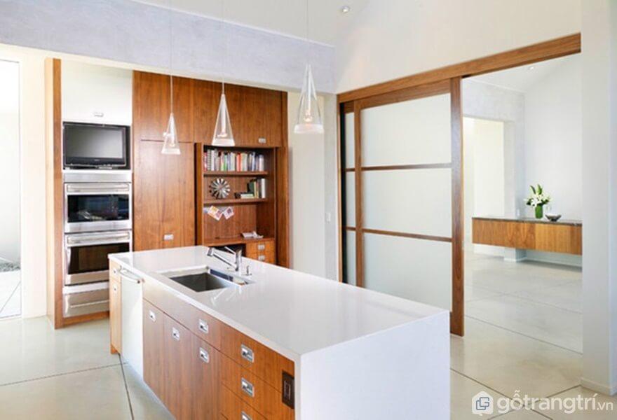 Phòng bếp nổi bật với gam màu trắng và nâu - Ảnh: Internet