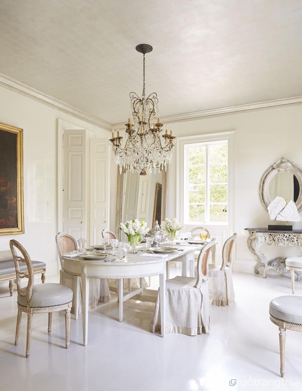 Nếu bạn yêu thích không gian thanh khiết, nhẹ nhàng thì bộ bàn ăn tân cổ điển màu trắng sẽ là sự lựa chọn hoàn hảo cho gia đình mình đây - Ảnh: Internet