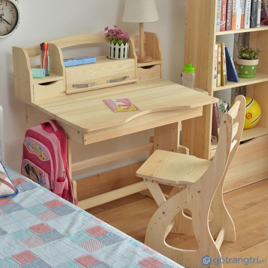 Bàn học cho bé mầm non làm từ gỗ - Ảnh: Internet