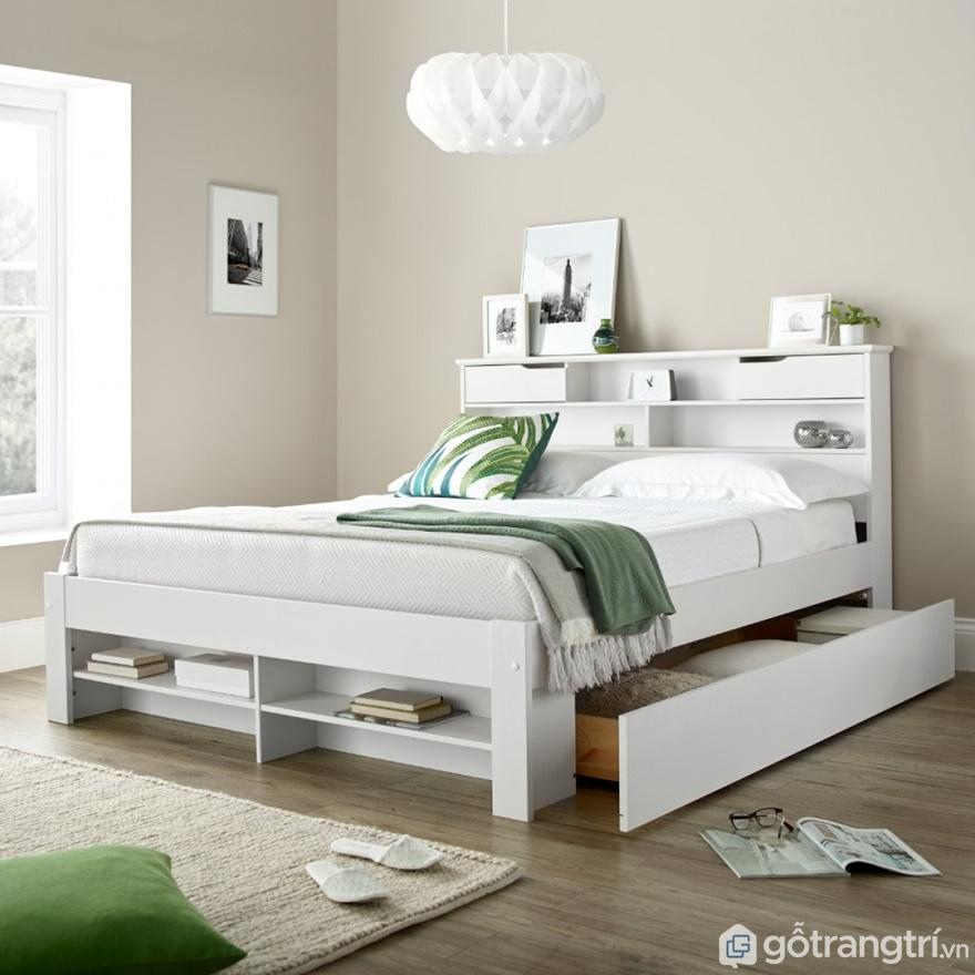 Giường ngủ màu trắng được thiết kế khá thông minh với ngăn kéo đựng đồ và kệ đựng sách rất khoa học, tiện nghi - Ảnh: Internet