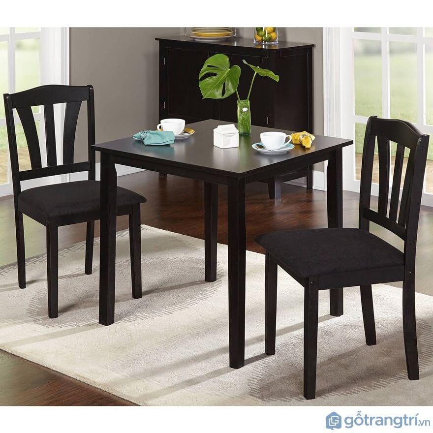 Bàn ăn nhà bếp 2 ghế được làm từ chất liệu gỗ tự nhiên màu nâu đen mang đến sự sang trọng cho gia đình - Ảnh: Internet