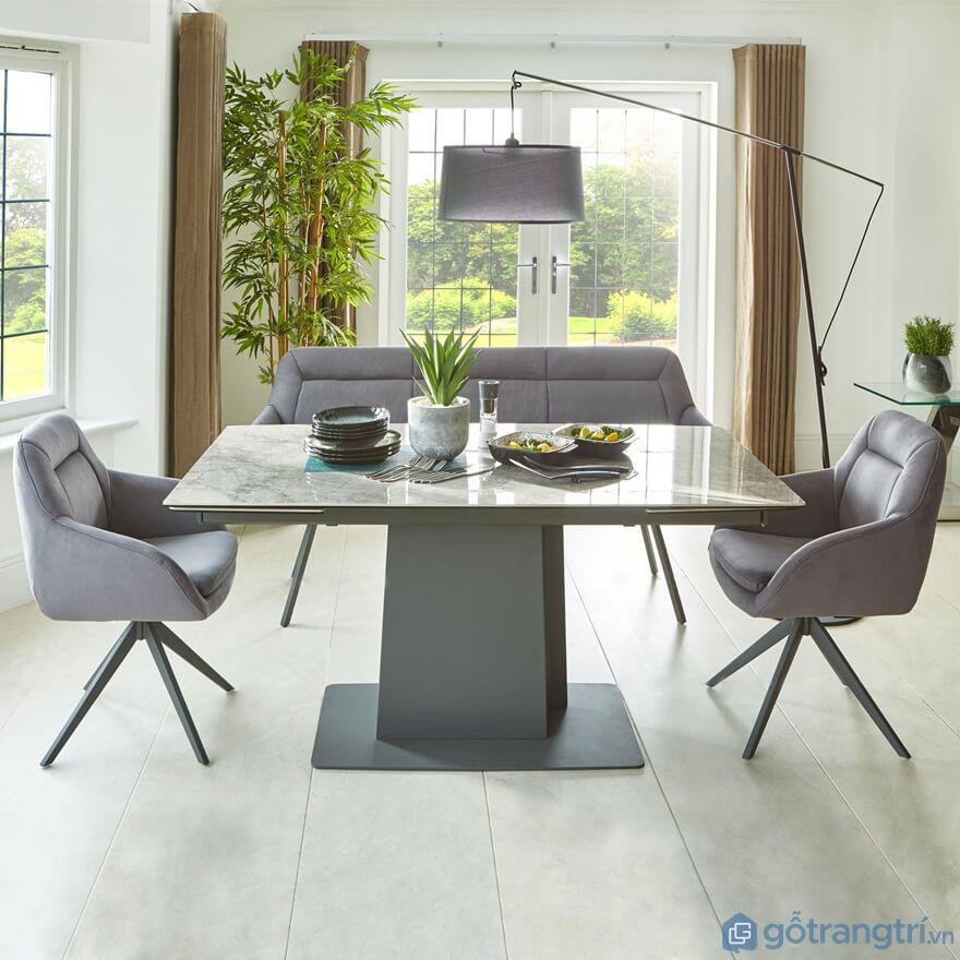 Bàn ăn nhà bếp 2 ghế bọc đệm màu ghi mang đến sự nhã nhặn, khang trang cho căn nhà - Ảnh: Internet