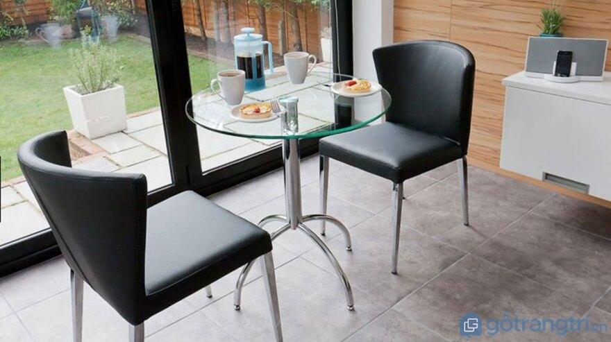 Bàn ăn nhà bếp 2 ghế làm từ chất liệu da và inox - Ảnh: Internet