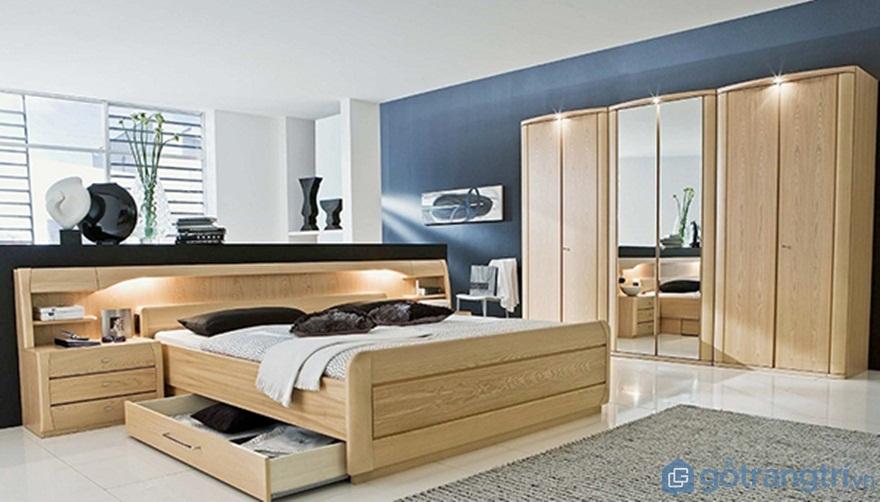 Tủ quần áo làm bằng gỗ sồi tự nhiên có gương - Ảnh: Internet