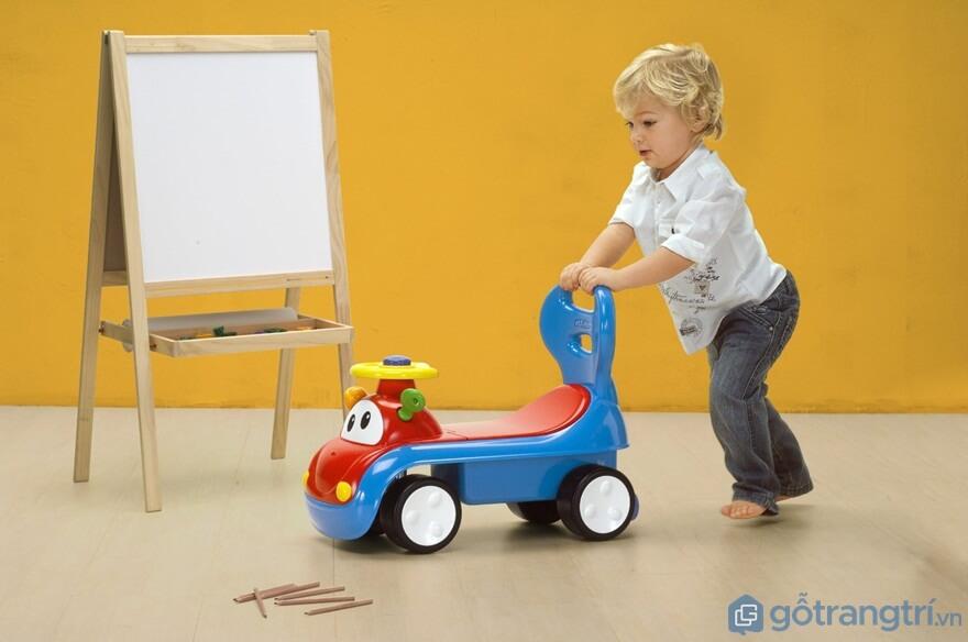 Đồ chơi cho bé 1 tuổi: Xe tập đi - Ảnh: Internet