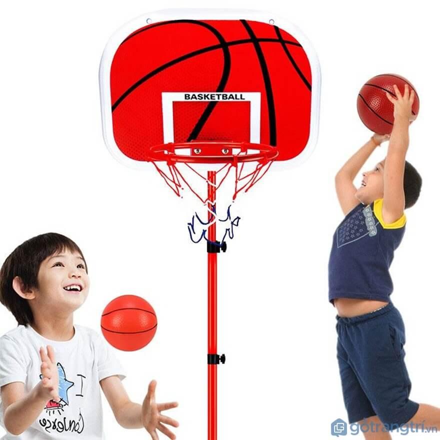 Về thể chất của trẻ bố mẹ có thể lựa chọn đồ chơi bóng rổ, đá banh - Ảnh: Internet