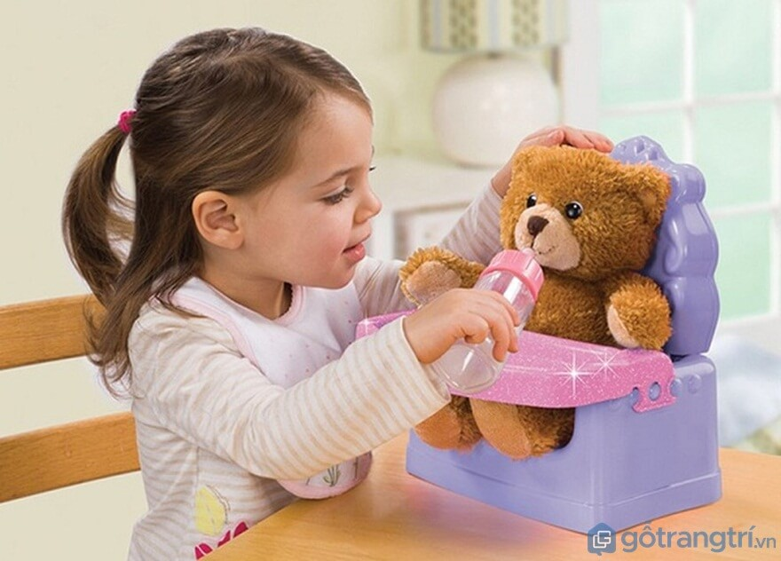 Trò chơi gấu bống của bé gái cho gấu ăn - Ảnh: Internet