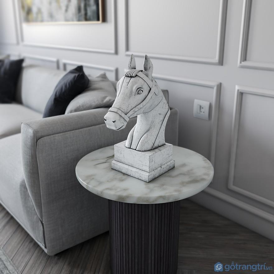 Hoặc ngay cạnh ghế sofa, bạn có thể sử dụng đôn kệ nhỏ xinh để trưng bày đồng hồ, hay hình con vật chẳng hạn