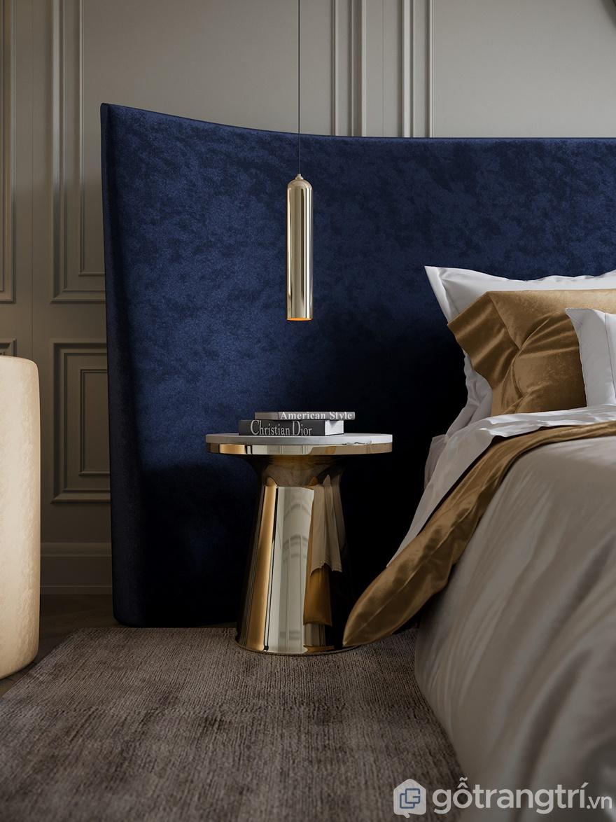 Ngay cạnh đầu giường sử dụng bàn tròn mạ vàng sáng bóng