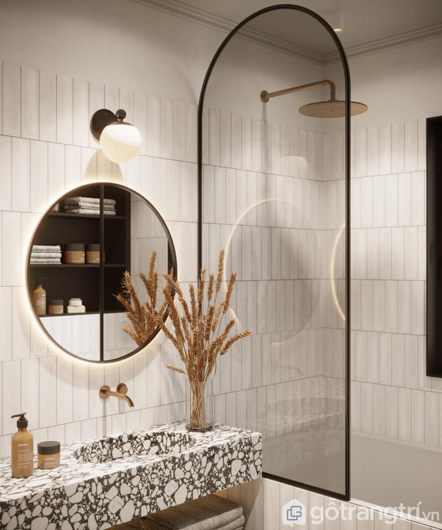 Sàn nhà và tường của phòng tắm được ốp đá hoa cương trông giống như những phòng tắm dinh thự của quý tộc