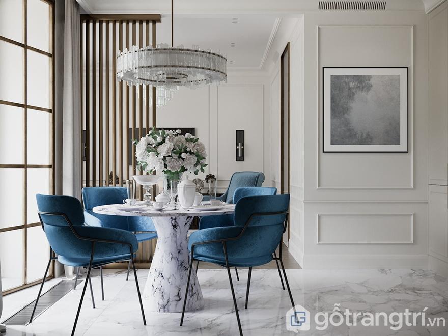 Bộ bàn ăn được làm bằng đá tự nhiên kết hợp với ghế ăn màu xanh mang đến 1 không gian lãng mạn