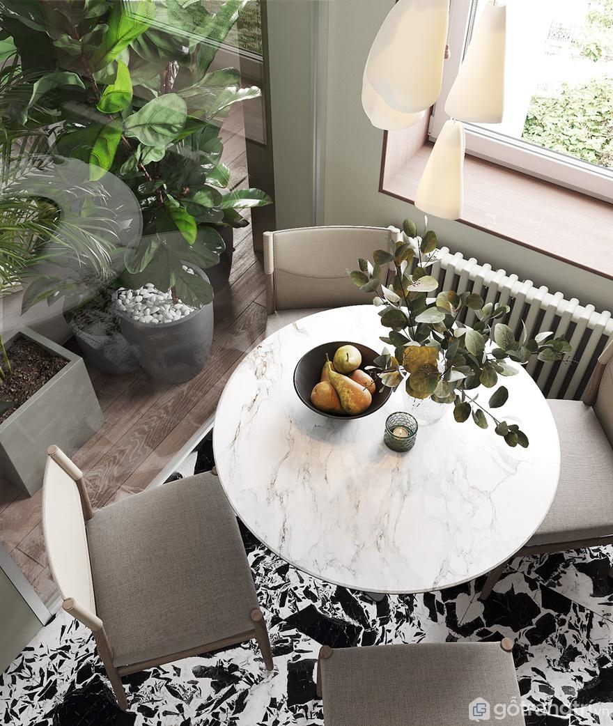 Để tạo ra không gian riêng tư giữa phòng khách và bếp ăn gia đình thì KTS sử dụng vách ngăn kính trong suốt