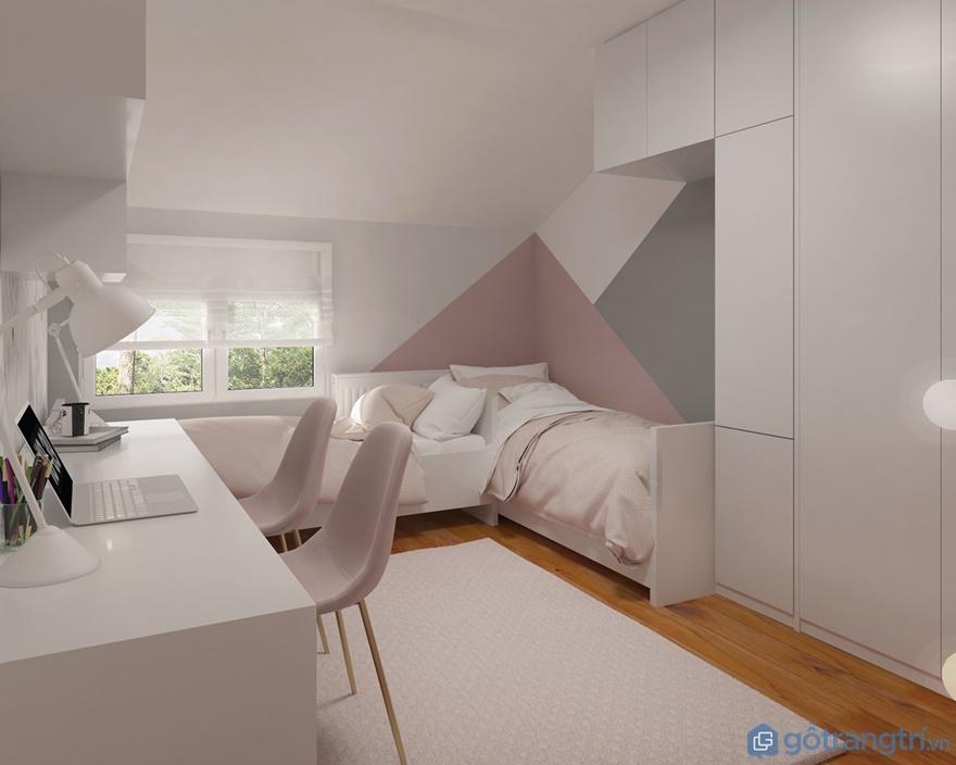 Giường ngủ được kê ngay cạnh cửa sổ để đưa ánh sáng tự nhiên tràn ngập căn phòng