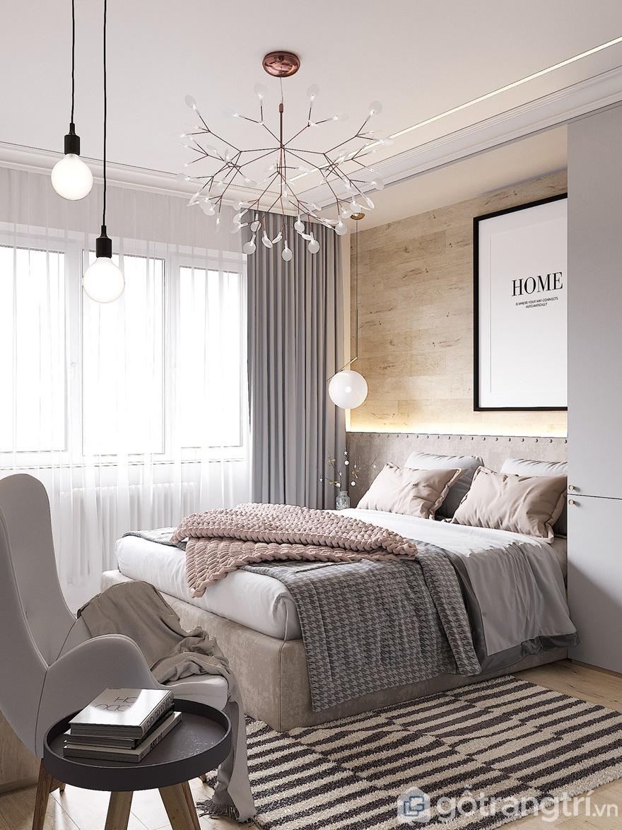 Giường ngủ đặt ngay cạnh cửa sổ để đón ánh sáng thiên nhiên vào phòng