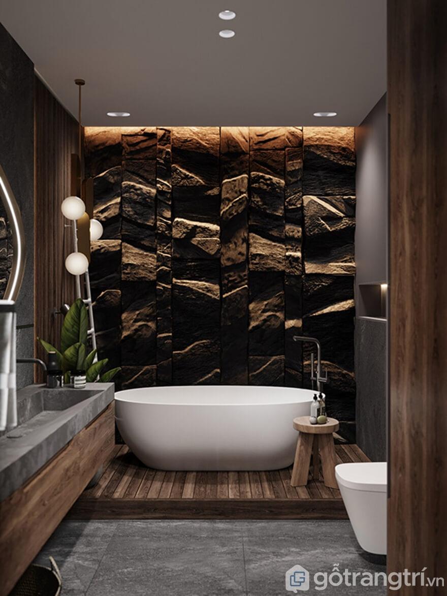 Phòng tắm mới mẻ hơn khi bức tường được ốp bằng đá tự nhiên và sắc màu trắng tinh của chiếc bồn tắm
