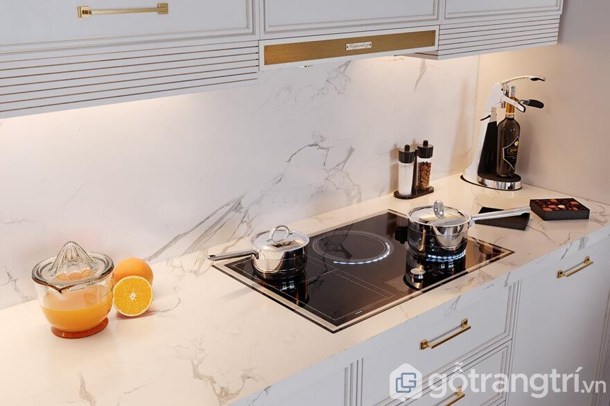 Bàn và tường bếp ăn đều được sử dụng đá granit cao cấp