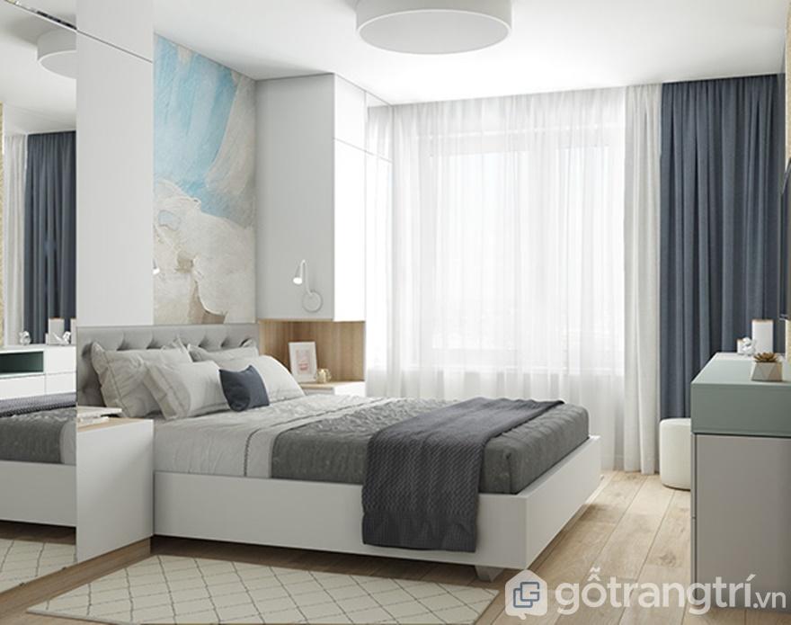 Giường ngủ được bố trí ngay cạnh cửa sổ lớn để đưa thiên nhiên vào phòng