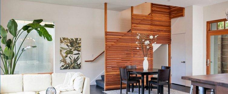 vách ngăn gỗ trang trí cầu thang