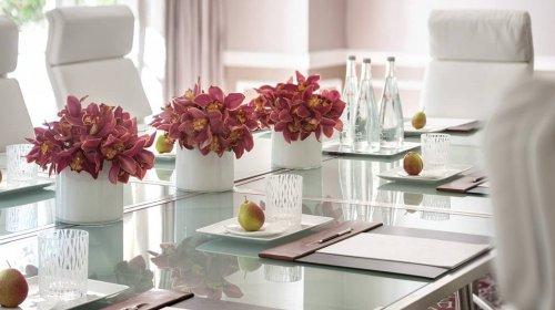 hoa giả trang trí phòng họp