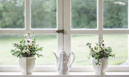 Hoa giả trang trí cửa sổ