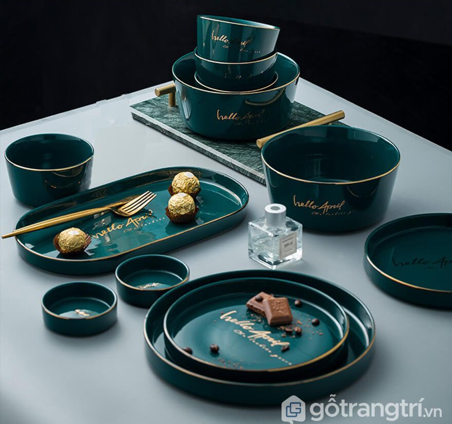 đĩa sứ màu xanh