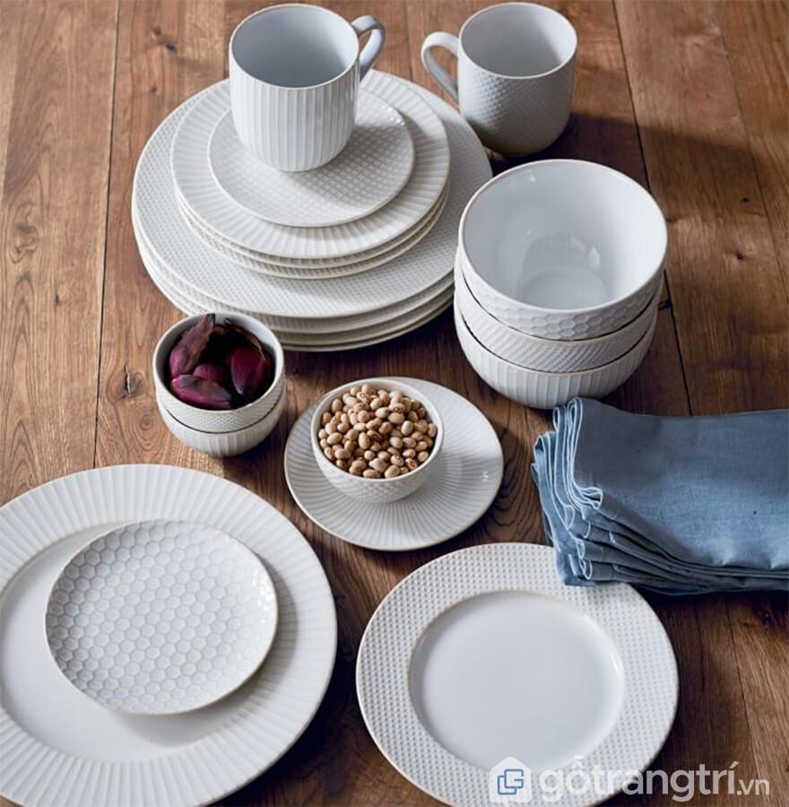 đĩa sứ trắng tròn